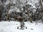 雪の中の山の神祠